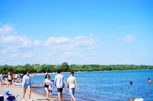 水際を歩く人たち