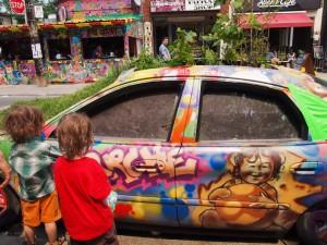 ペイントされた車を見る子供