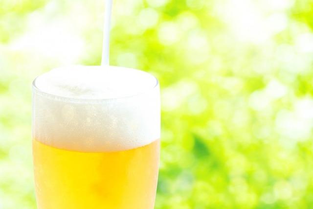 ビールの注がれるグラス