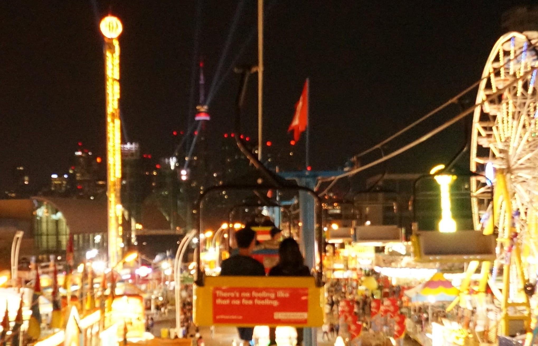 CNE会場の奥に見えるトロントの夜景