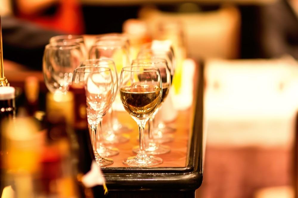ワイングラスの並ぶテーブル